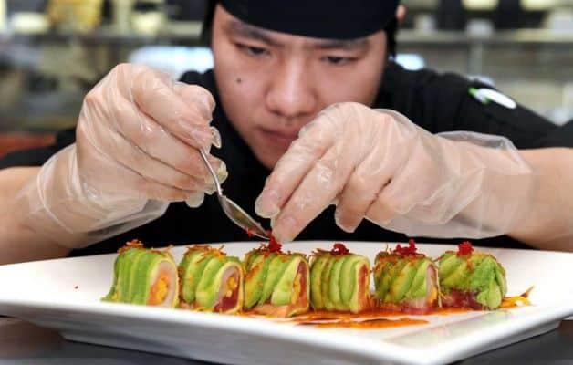 повар в суши баре
