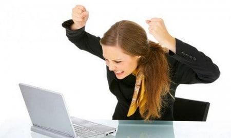 Девушка радуется успехам в работе