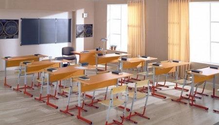 Парты стоят в  классе