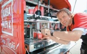 Продавец мобильной кофейни
