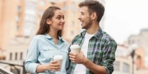 Люди пьют кофе и улыбаются